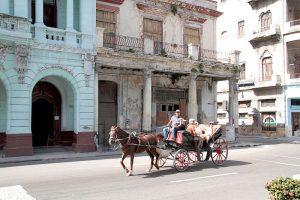 Altes Gebäude mit Kutsche in Havanna Kuba