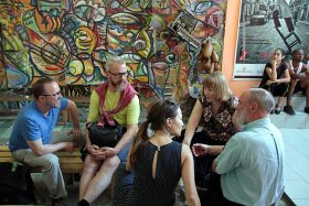Gruppengespräch beim Besuch psychologischer Einrichtungen auf Kuba