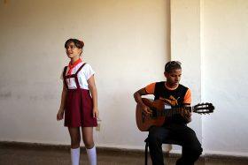 Junge Sängerin und Gitarrist auf Kuba