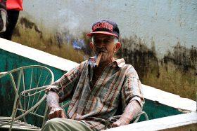 Zigarre rauchender Mann in Kuba